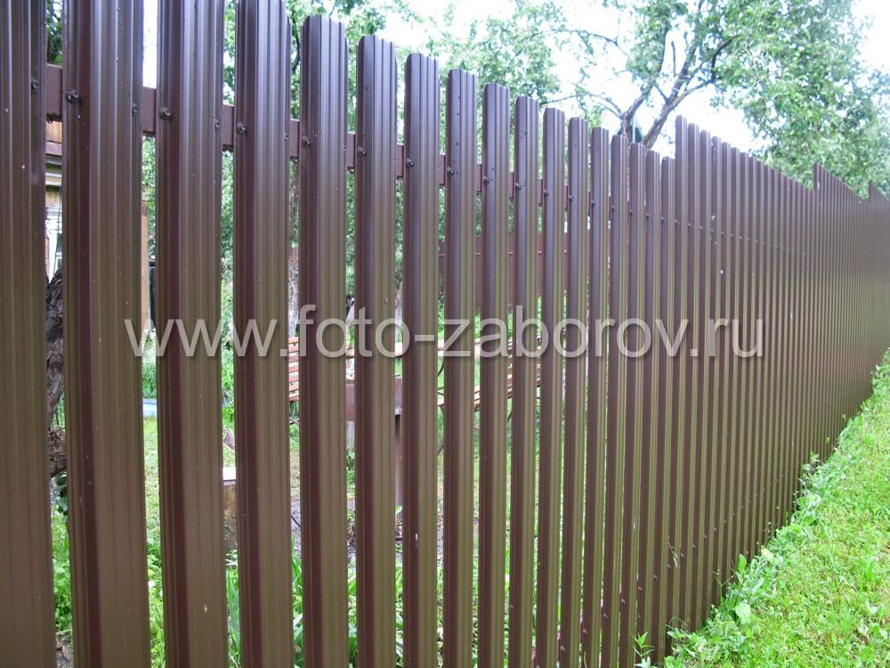 Ступенчатый забор с обшивкой из металлического