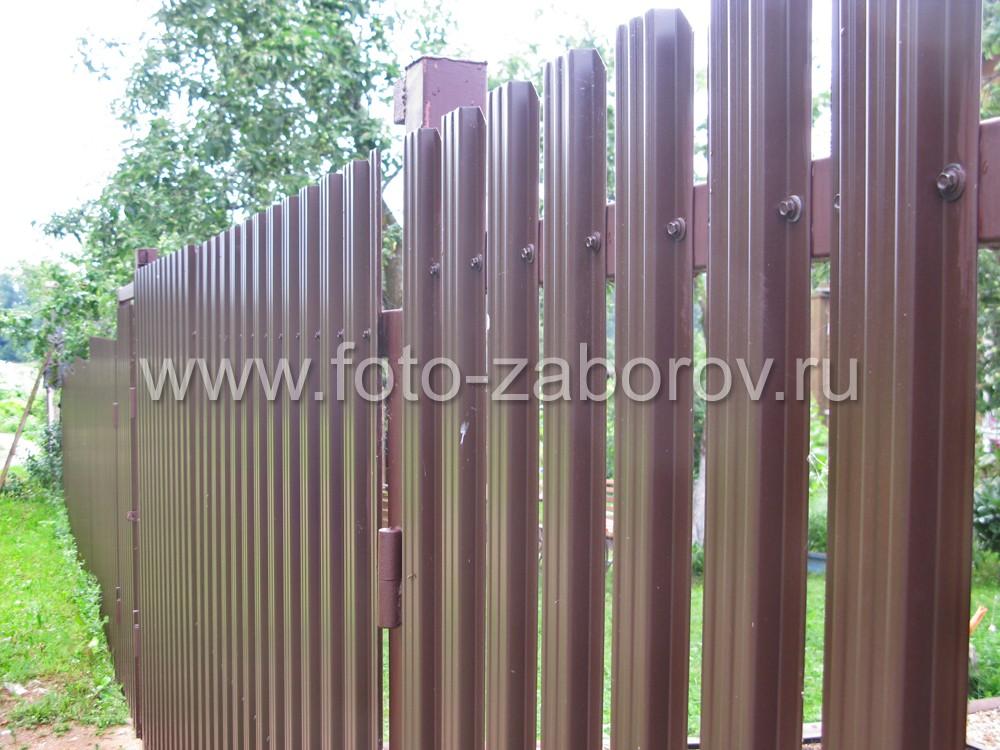Воротный столб забора вверху имеет наваренный уголок: место посадки горизонтальной перекладины на
