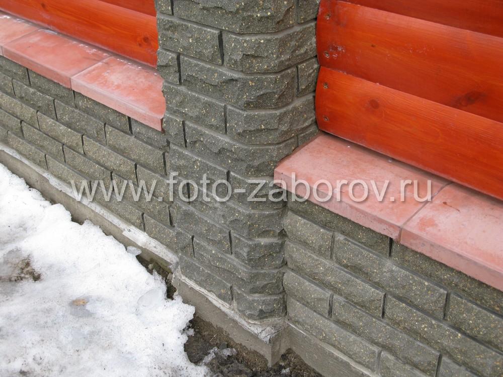 Для защиты кирпичного цоколя от атмосферной влаги использованы каменные