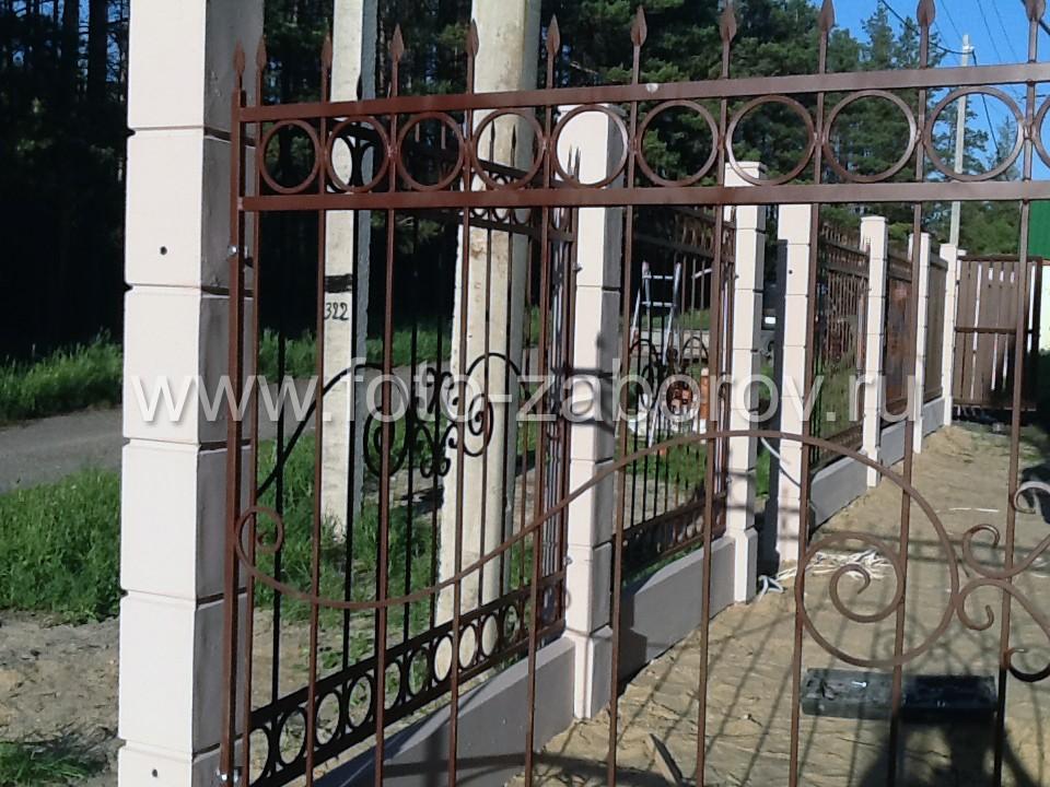 Фото Забор на перепаде высот с двумя различными типами секций: из металла и