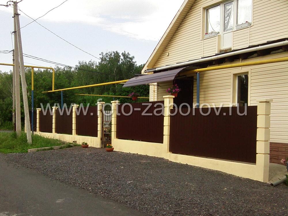 Фото Забор на ленточном фундаменте, столбами из бетонных блоков и обшивкой пролётов из коричневого