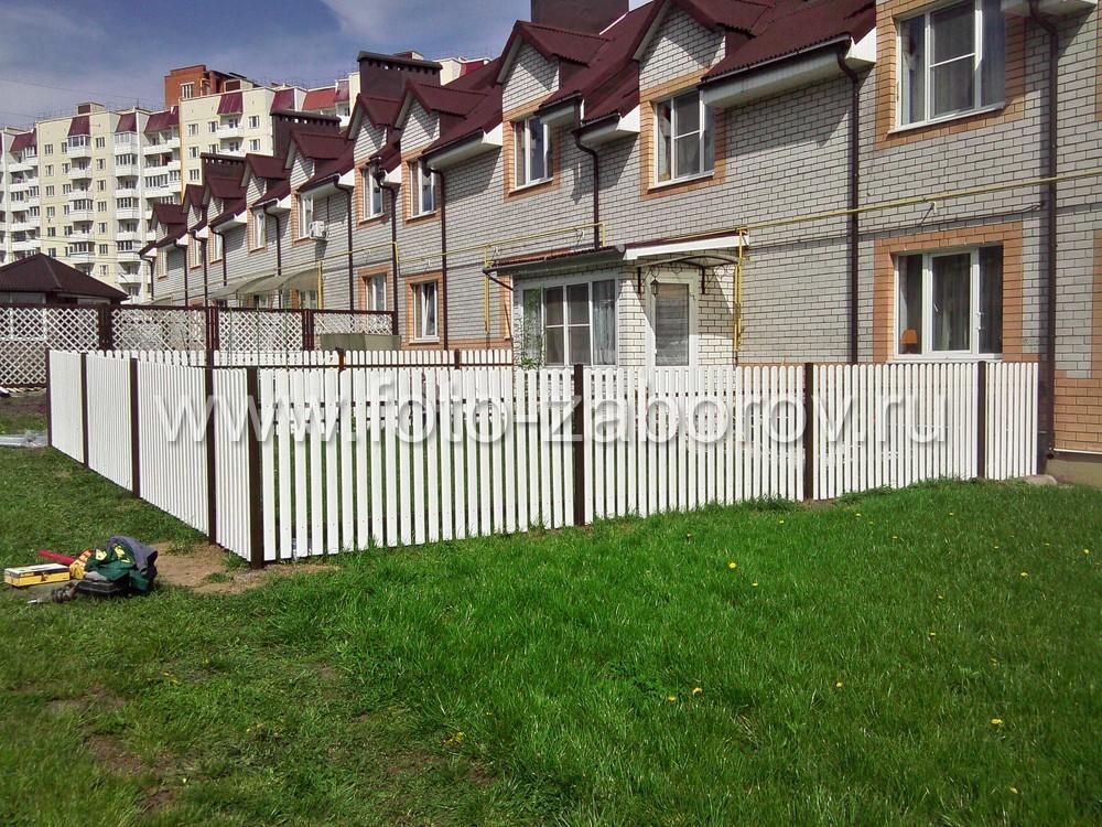 Готовый забор для дворика таунхауса. Уют и приватная