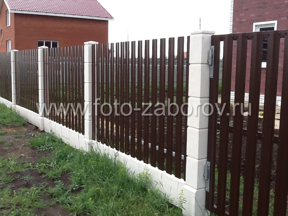 Калитка и забор дома с обшивкой из