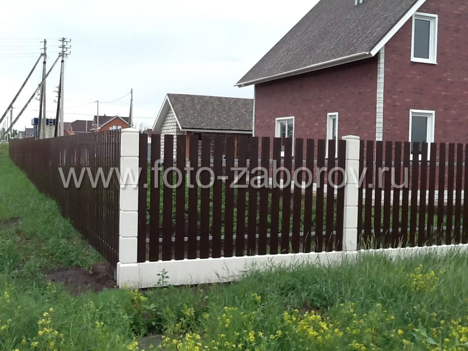 Угловой столб на месте стыка евроштакета двух типов: с установкой на бетонных столбах и на обычных
