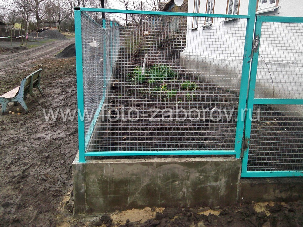 Фото Забор палисадника у дома: сварная сетка на монолитном цоколе и металлических