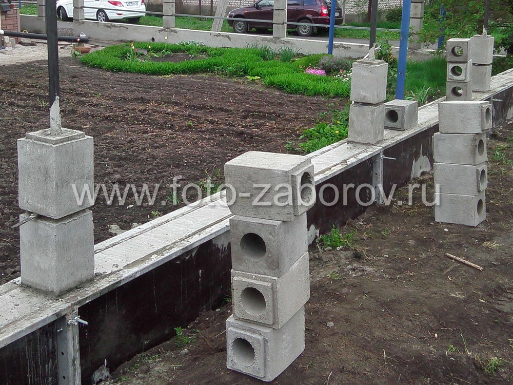 После затвердевания залитого цоколя, начинаем сборку столбов из бетонных блоков. Для этого
