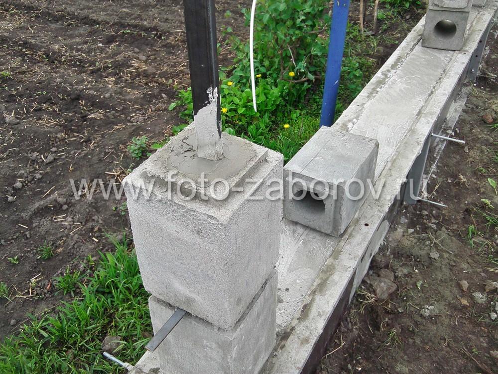 Внутри каждого бетонного блока имеется круглое отверстие; блоки насаживаются на стальную