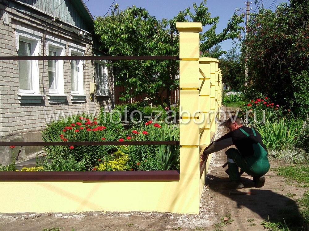 Для защиты бетонного цоколя от атмосферной влаги по его верху в обязательном порядке монтируются