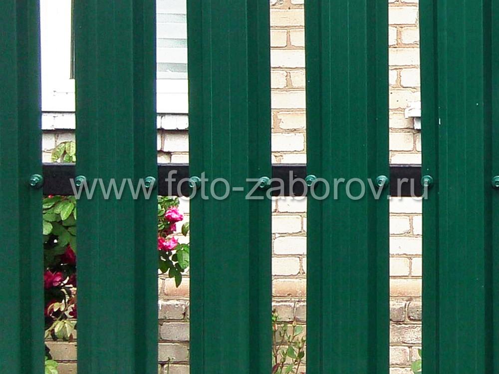 Фото Зелёный металлический штакетник на металлических столбах квадратного