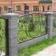 Красивый кованый забор на бетонных столбах в сочетании с габионами и деревянной шахматкой.