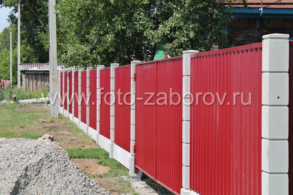 Фасадная сторона забора с установкой на столбы из прессованного бетона. Распашные ворота из