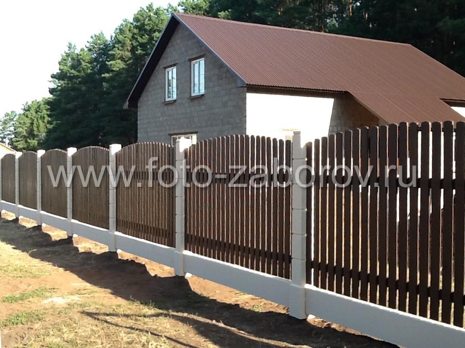 Деревянный забор с установкой на бетонный модульный