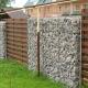 Неповторимо красивый комбинированный забор с секциями из габионов и деревянной горизонтальной