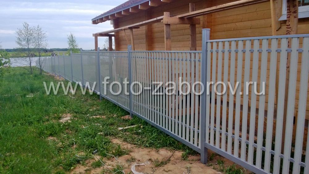 Фото Песочно-серый евроштакетник BARRERA с металлическими столбами - спокойный и стильный