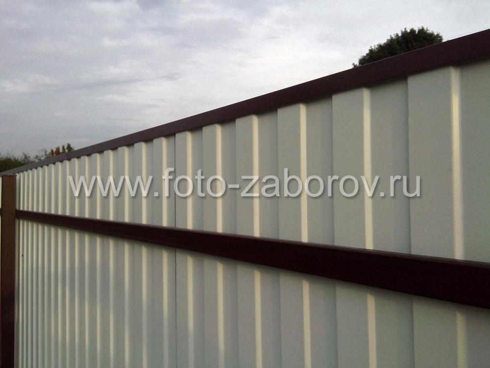 Фото Высокий цоколь забора - подпорная стенка для земли на участке с большим