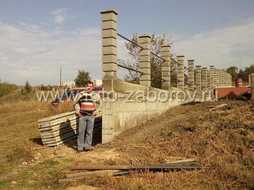 Фото Строительство каркаса забора: литой ленточный фундамент, столбы из бетонных