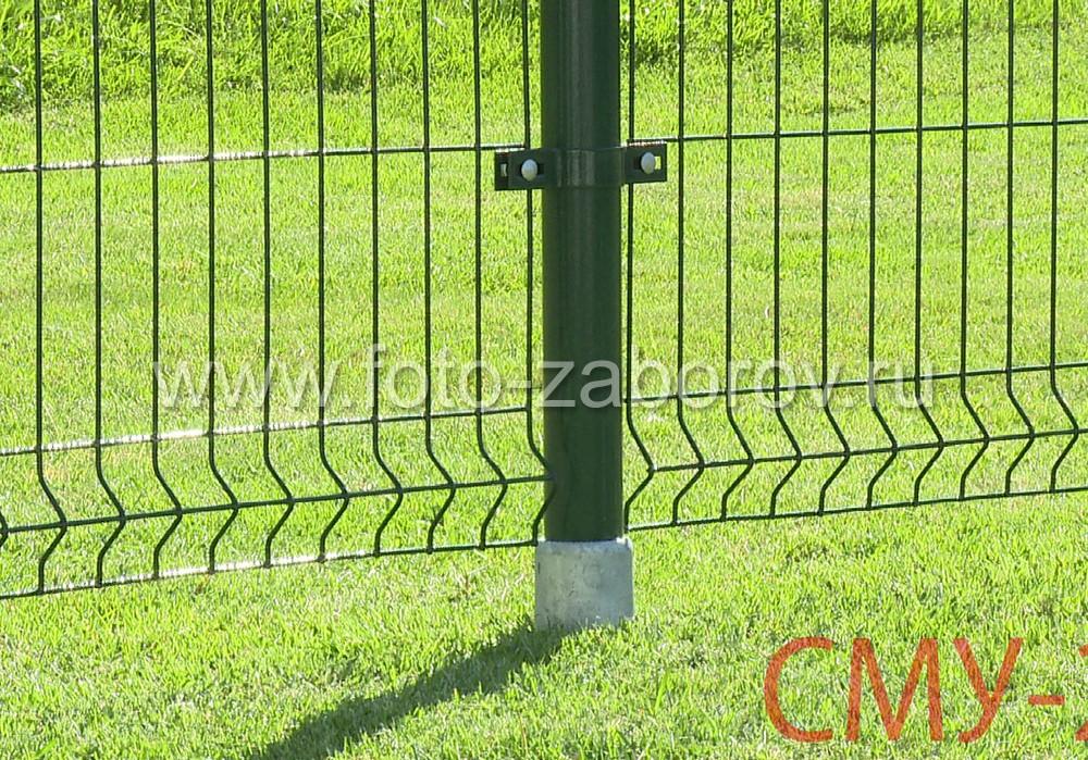 Секции ограждения из сварной сетки надежно притянуты к круглому столбу соответствующими