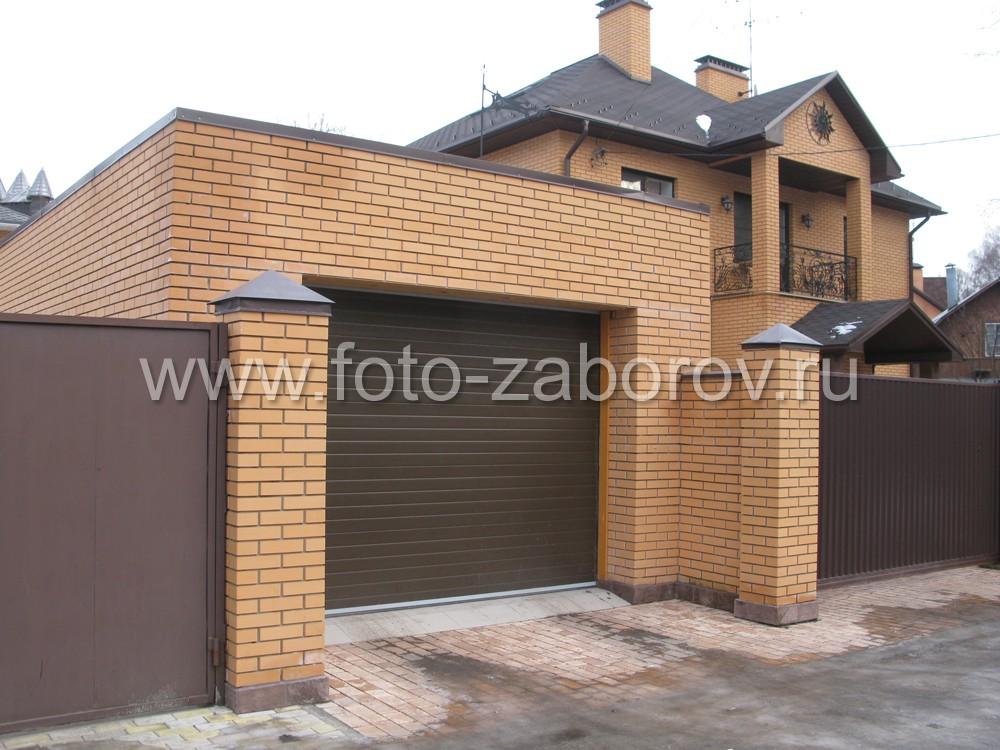 Особую изящность въезду в гараж придают парные колонны, соединённые с фасадной стенкой гаража