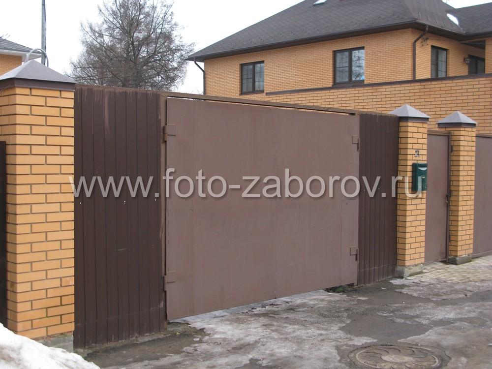 В отдаленной части забора присутствуют и обычные металлические распашные ворота и