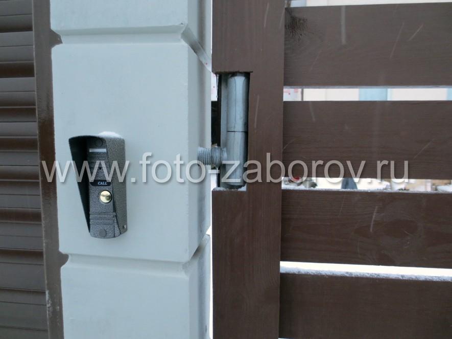 В калиточном столбе предусмотрен канал для прокладки провода переговорного устройства - домофона.