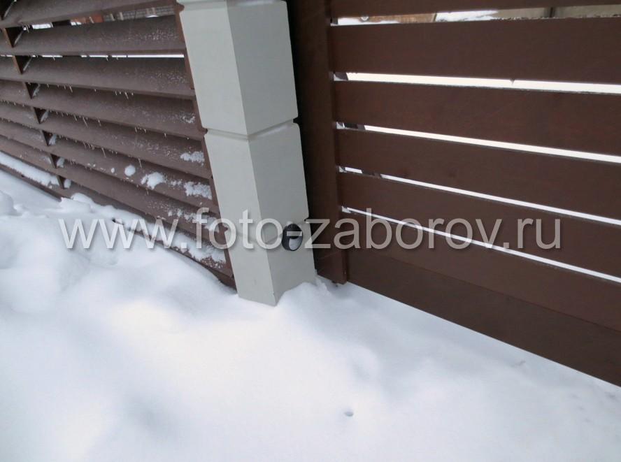 На воротных столбах откатных ворот установлены датчики от несанкционированного закрывания створки