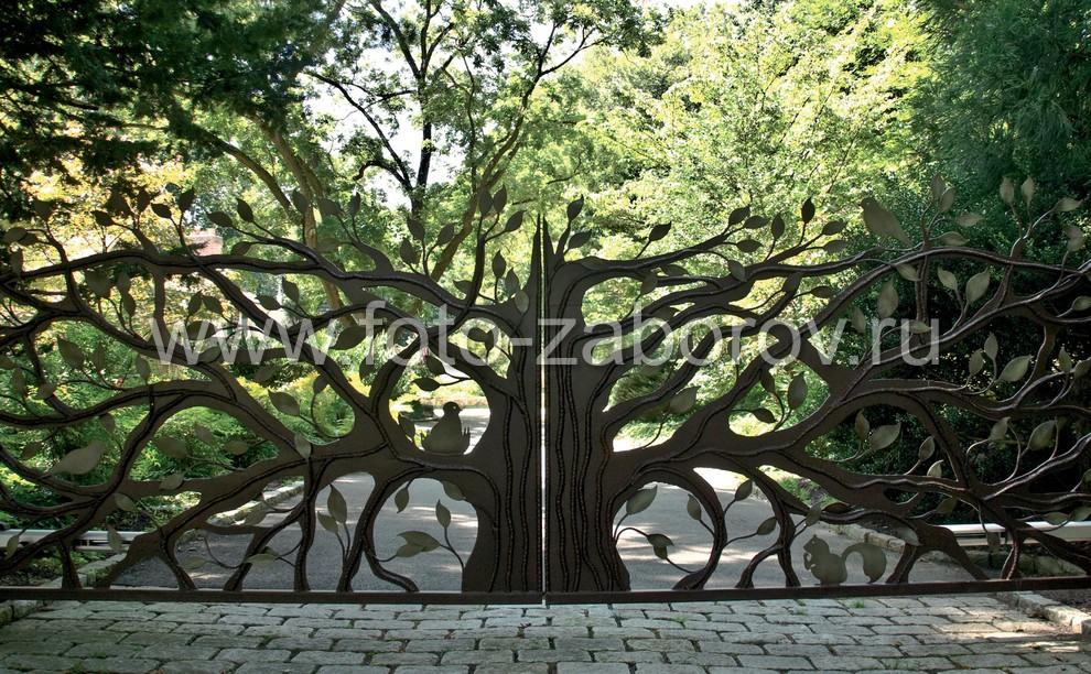 Кованое металлическое дерево, раскрывающееся на две половинки, как идея для оригинальных распашных