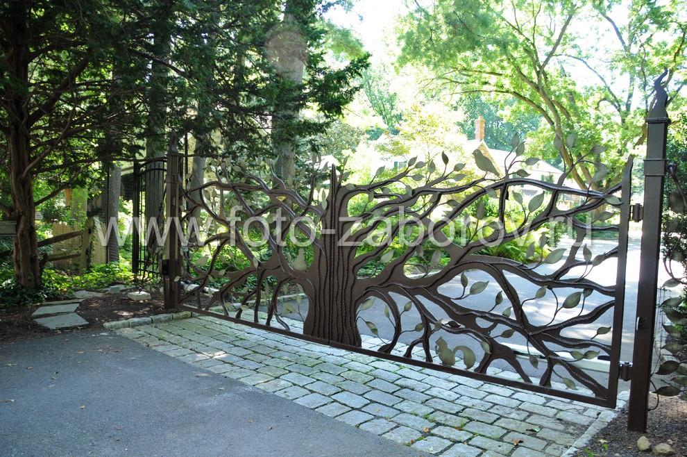 Полотно распашных ворот образуют многочисленные кованые ветки, создающие густую крону кованого