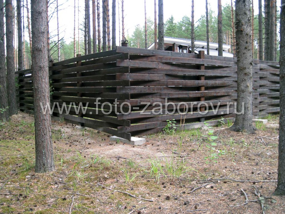 Забор-плетёнка тёмно-коричневого цвета гармонирует как с окружающим ландшафтом - сосновым лесом,