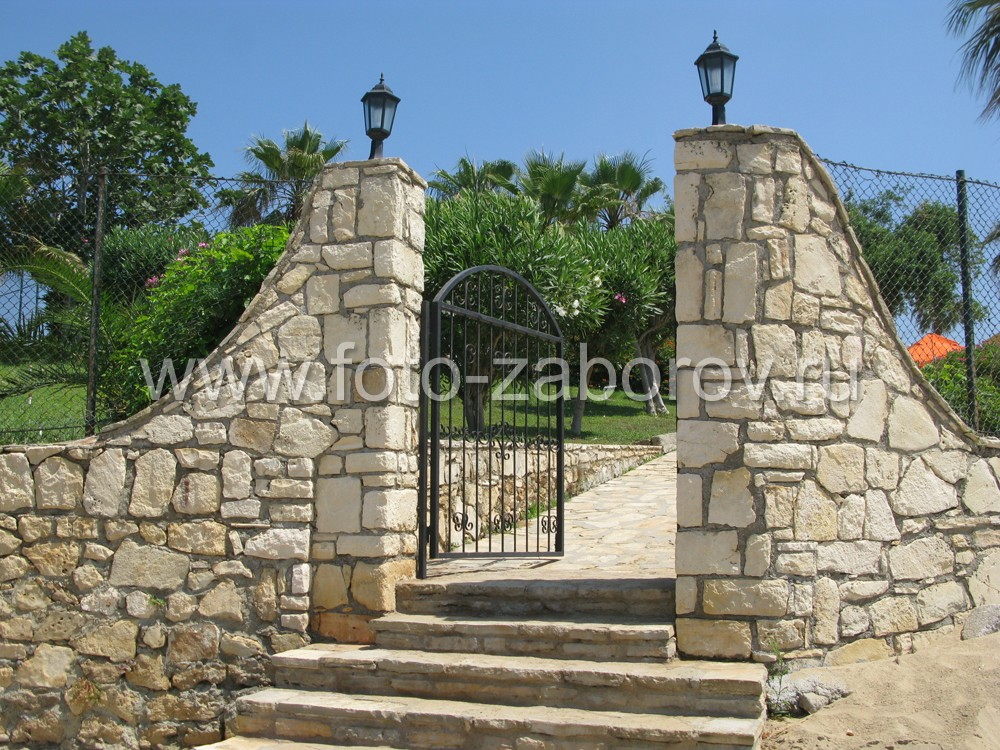 Фото Каменная калитка в античной стилистике со ступенями и фонарями. Их работа - создавать