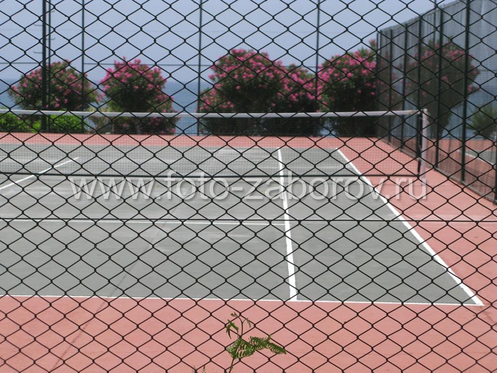 Сетка-рабица - наиболее практичный материал для недорогого ограждения спортивной