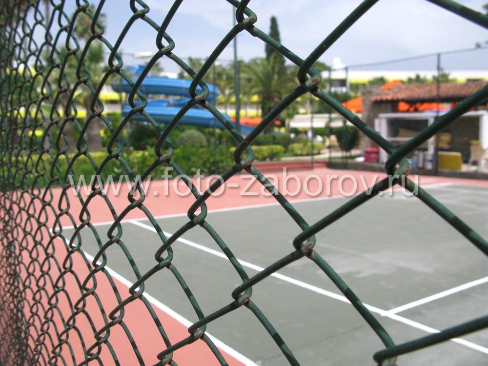 Крупно ячеистая сетка-рабица - отличное бюджетное решение для теннисных кортов. Она недорогая,