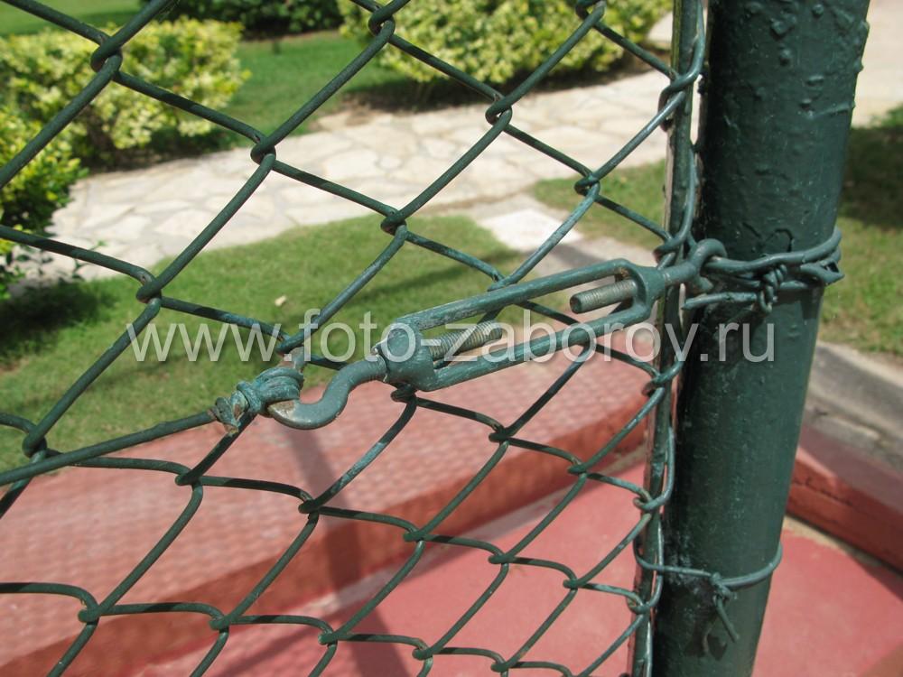 Для натяжения сетки таких огромных размеров используются талрепы с крюком и кольцом (винтовые