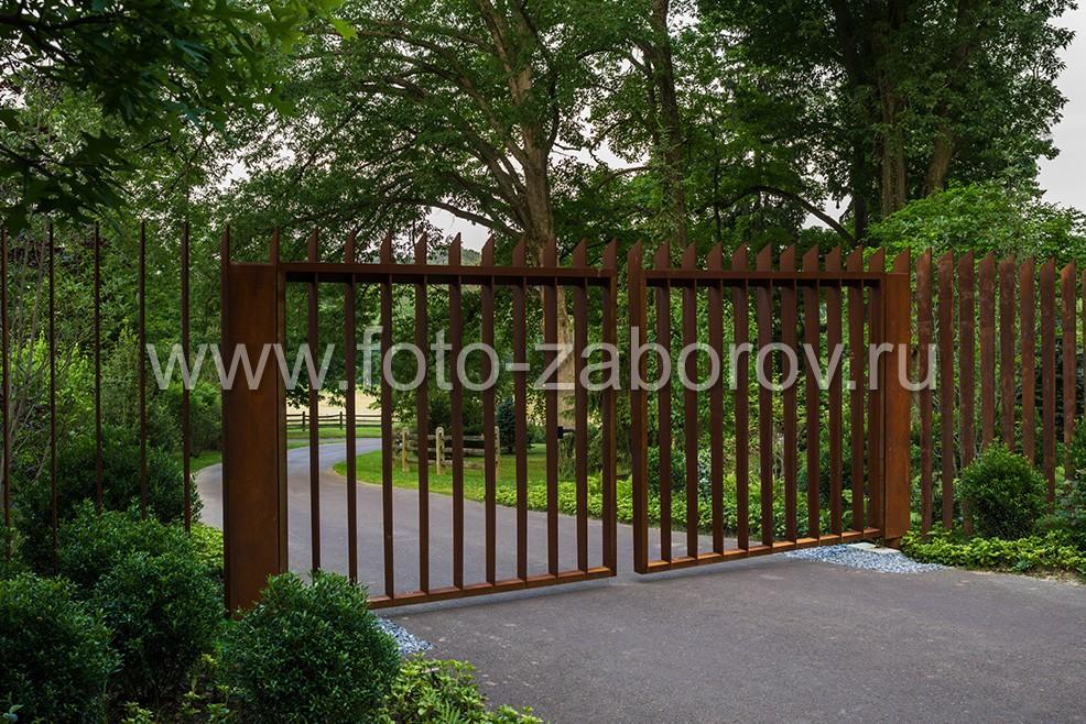 Распашные ворота из металлических пластин с монтажом на две лаги (для каждой