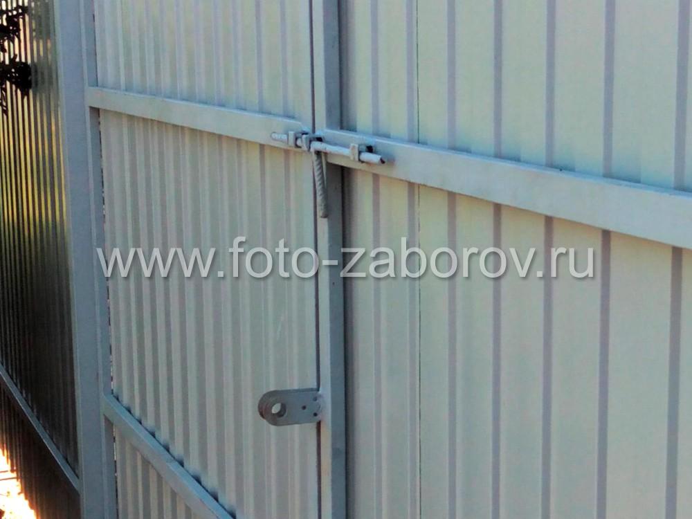 Задвижка на ворота из арматуры и металлическими направляющими. Ушки под навесной