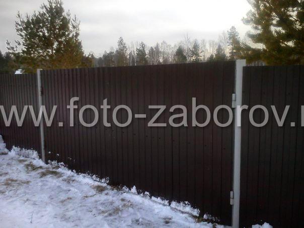 Фасадная сторона бюджетных распашных ворот из коричневого