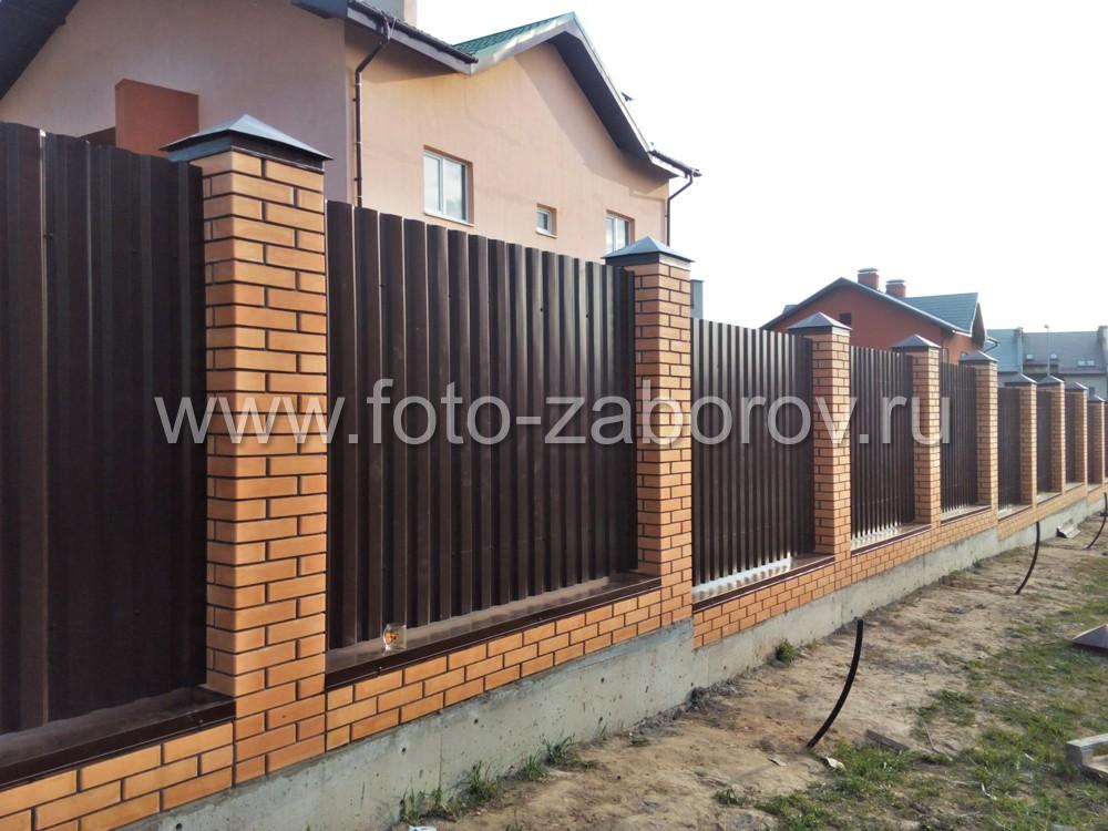 Забор установлен на местности со сложным рельефом: имеется значительный перепад