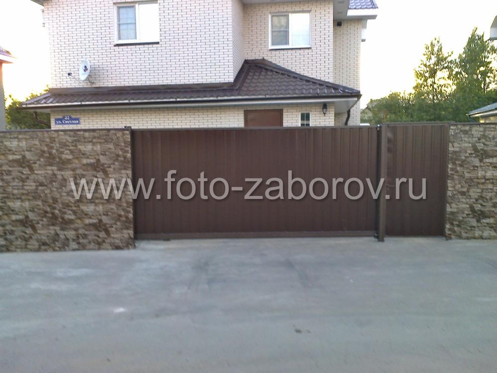 На втором участке (особняк с коричневой крышей) установлены такие же откатные ворота, но калитку