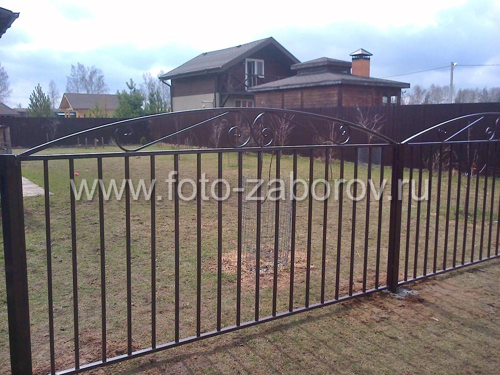 Забор служит для внутреннего зонирования территории, отгораживая на участке зону сада и