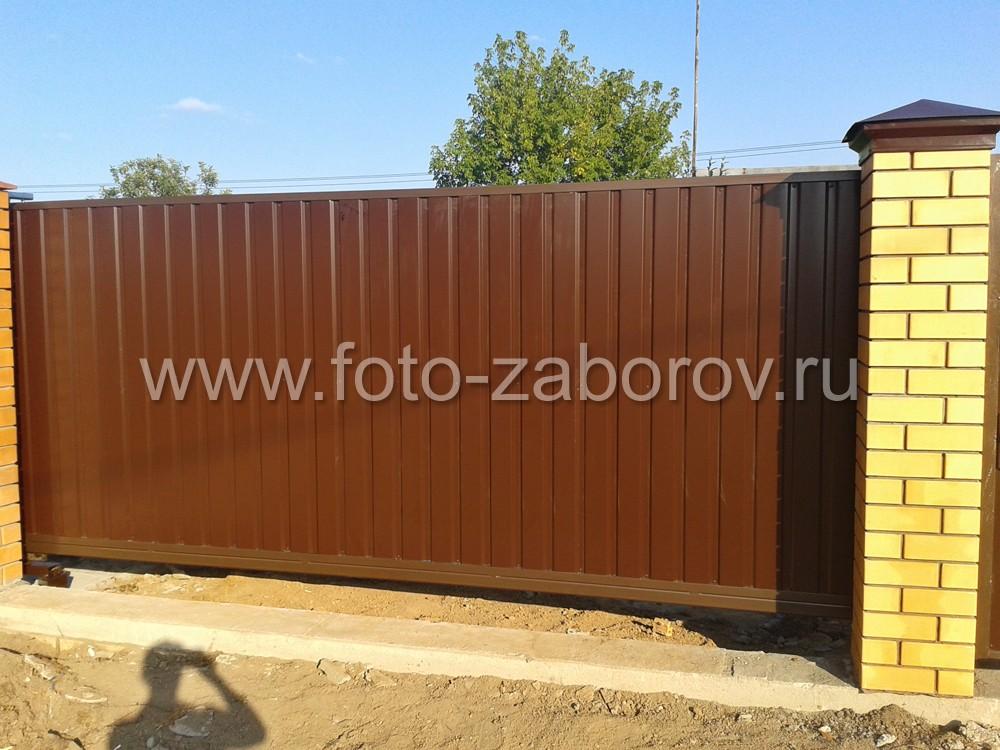Консольные откатные ворота с обшивкой из коричневого