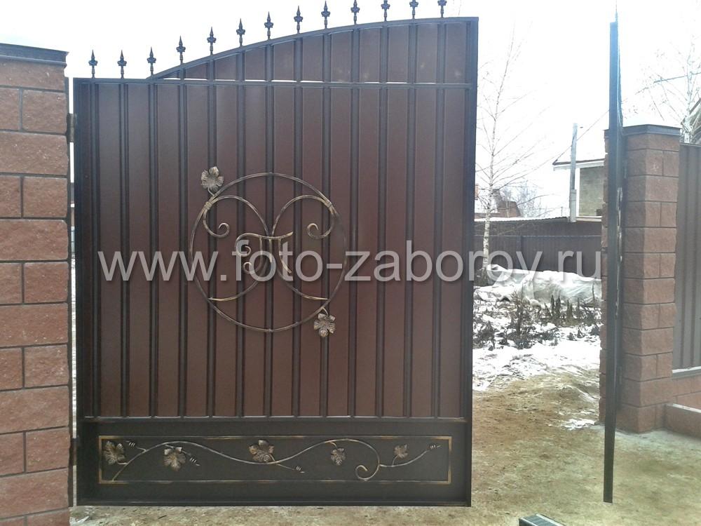 Декоративную композицию на воротинах составляют кованые вензеля, виноградная лоза с листьями и