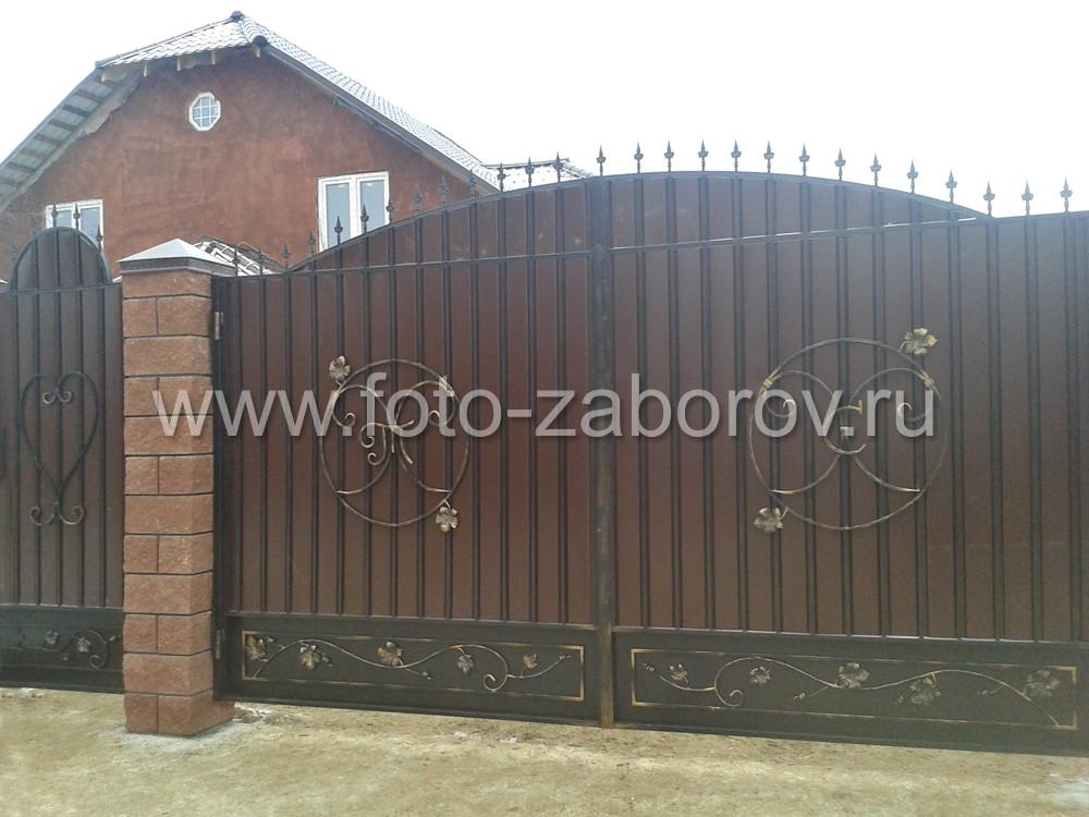 Расцветка фасада дома, забора, калитки и распашных ворот - всё выполнено в едином стиле, образуя