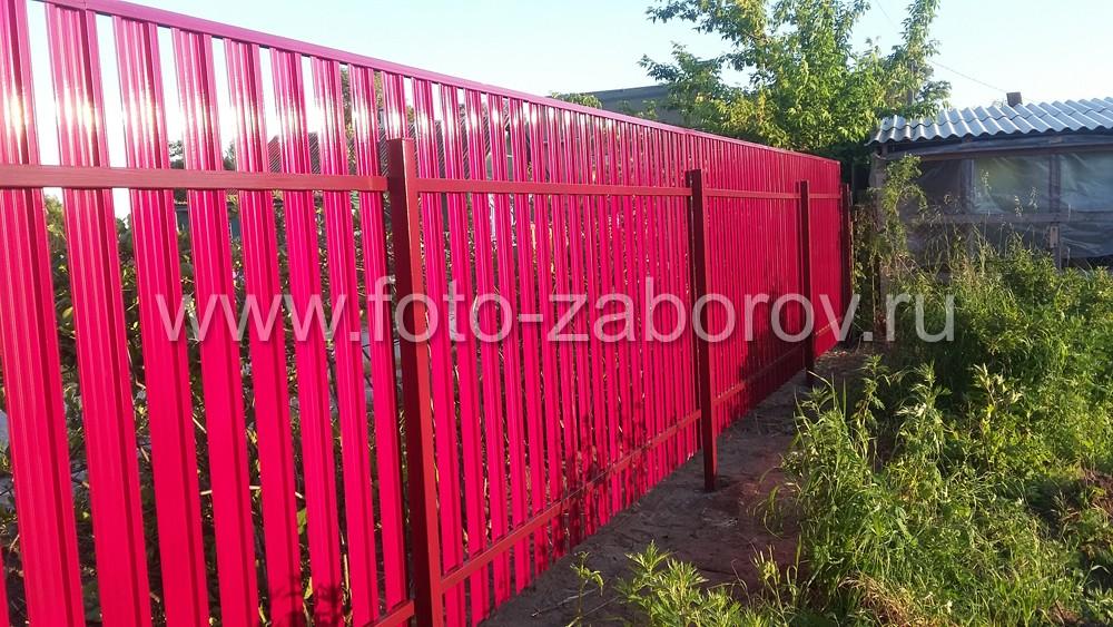 Забор из металлического штакетника установлен на столбах сечением 60 х 60 мм и толщиной металла 2