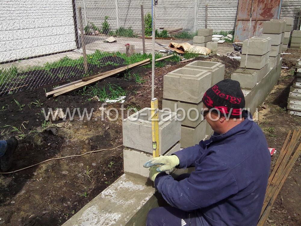 Кладка столбов забора из бетонных пустотелых блоков