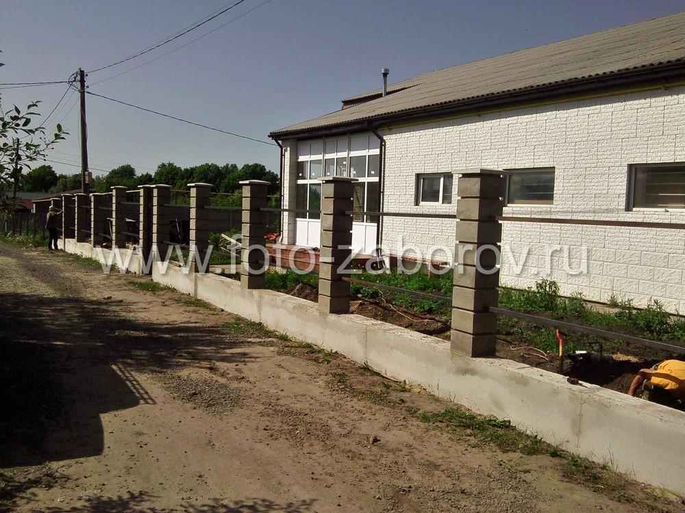 Готовый каркас забора: литой бетонный цоколь, столбы из блоков