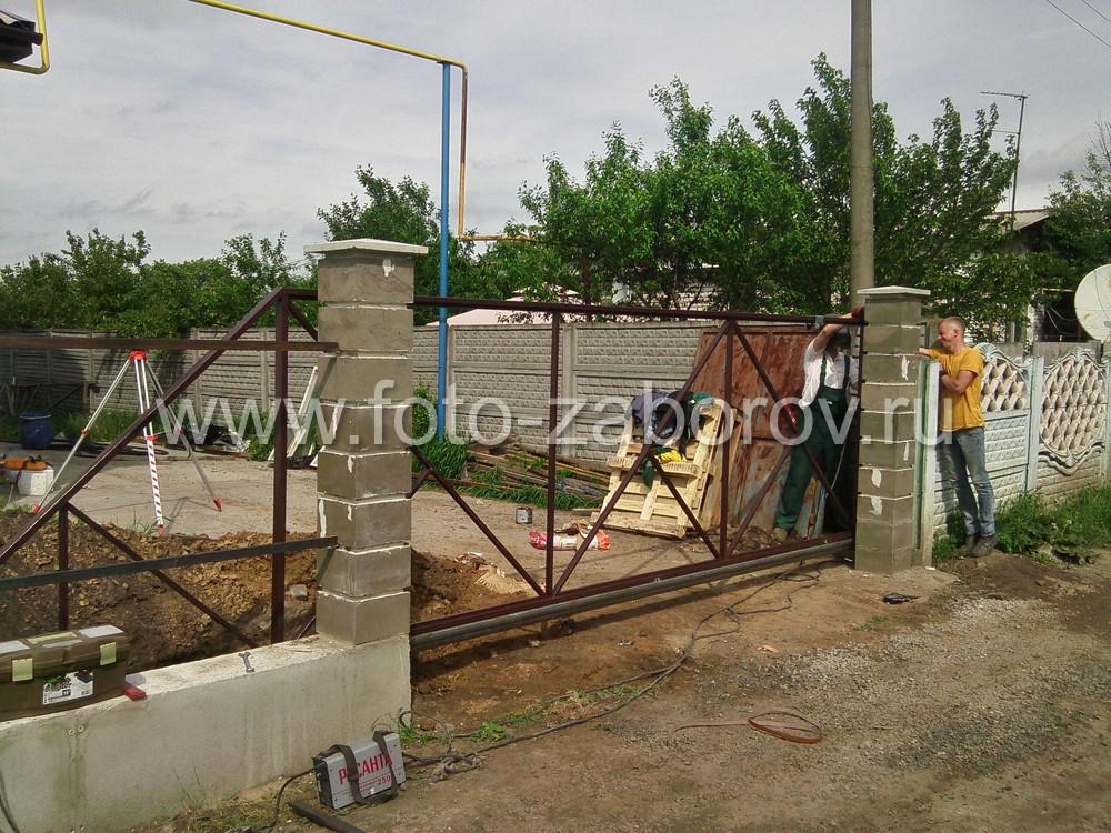 Каркас откатных ворот готов. Фото с фасадной
