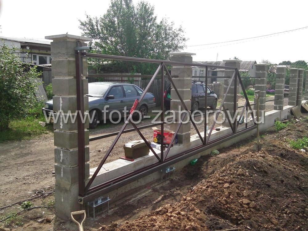 Каркас откатных ворот.  Фото со двора. Изделие имеет в основе множество треугольников из профтрубы,