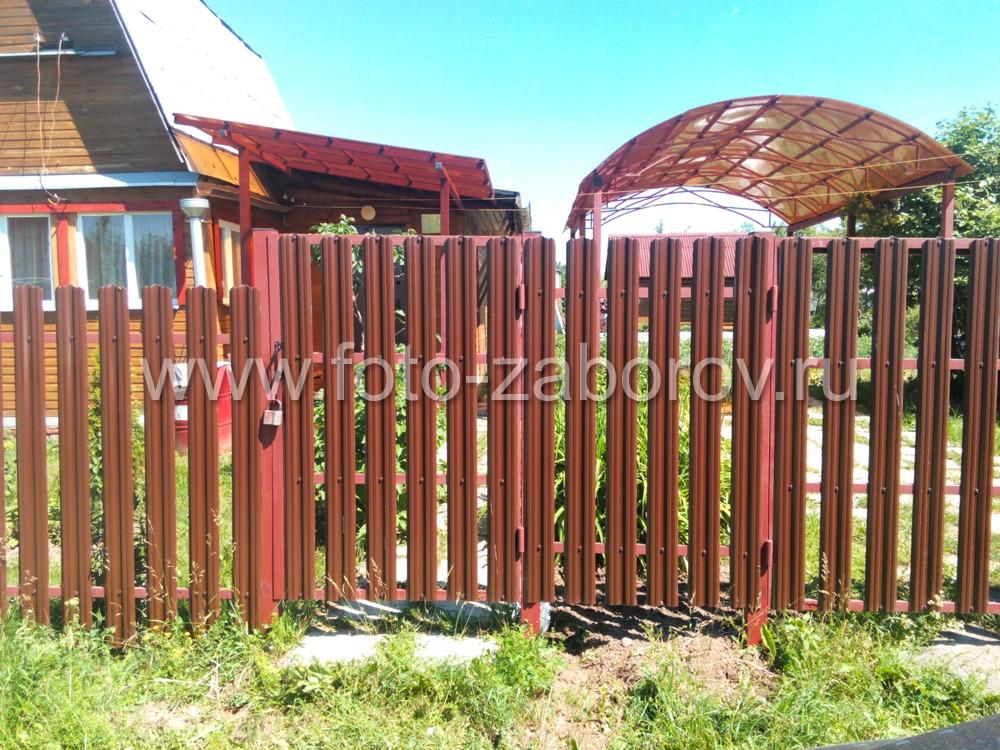 Калитка в заборе-евроштакетнике с простым навесным замком. Для ворот и калиток устанавливаются