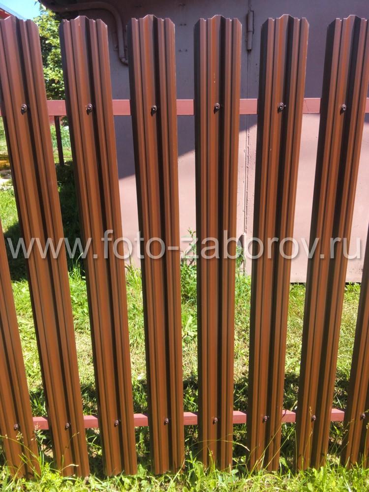 Планки крепятся к лагам саморезами по металлу, имеющими одинаковый цвет с