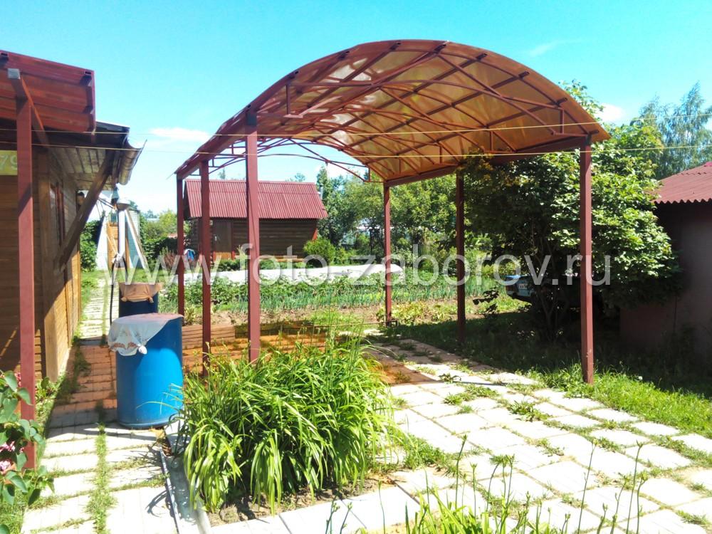 Ферма крыши навеса выполнена дугой с покрытием из цветного поликарбоната. Толщина поликарбоната -