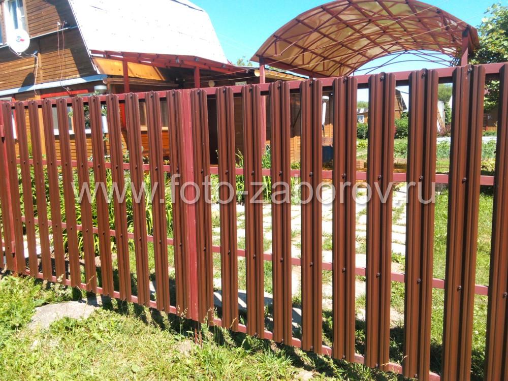 Навес для автомобиля расположен напротив распашных ворот, выполненных из металлического